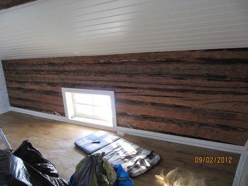 Drevat väggarna med lin. Ett av rummen uppe på vinden.