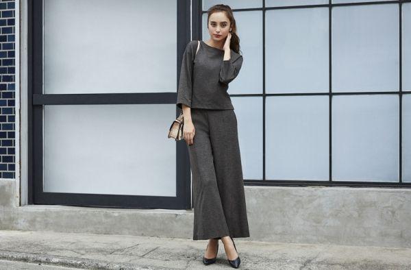 今シーズンも引き続き人気のスカート&スカンツも、秋らしいトレンドを取り入れたスタイルにシフトしたいもの。全体のシルエットを、カラーバランスを、ほんの少しアレンジするだけで簡単におしゃれになる、スカート&スカンツの着こなしのヒントを紹介します。レディなキャメルを投入して、秋のベーシックを更新ブラック×キャメルのトラッドな配色も、ゆるさのあるスカンツならまじめすぎない新鮮味のあるスタイリングに。落ち感...