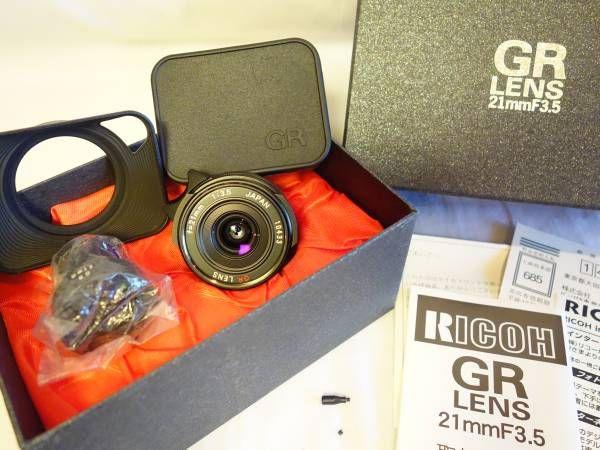 リコー RICOH GR 21mm F3.5 ブラックライカ Lマウント 1999年限定品。デジタルカメラAPS-Cセンサーですと、ちょうど広角レンズとして良いです。  絞りレバーとそのレバーを取り外した時のネジ穴をふさぐ極小のネジなどおそらく付屬品は揃っているものと思われます(リヤキャップは社外品)。 ペットは飼っておらず、禁菸環境、防濕庫にて保管。 レンズにクモリなど見られません。外観はツノみたいなピントレバーに使用に伴う擦れがわずかに見受けられますので、