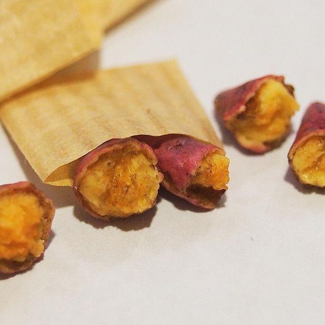 ・ ・ 焼き芋 ・ ・ 焦げ目のある焼き芋 外の方はホクホク 中の方はねっとりあま〜〜くて 蜜の多いサツマイモ ・ この焼き芋はギルドに持って行きます。 ・ ジャパンギルドミニチュアショーin東京に今年も出展させて頂きます 是非お越しくださいませ(*^_^*) ・ 会場  都立産業貿易センター 台東館4F(浅草) 日時  11月19日(土)11:00~16:30  20日(日)10:00~16:00 ※会員プレビュー /19日(土)10:00~11:00  入場料/会員 500円  非会員 1,000円(共に2日間有効) 小学生以下は無料 ・ ・ #ミニチュア #ミニチュアフード #miniature #さつまいも #sweetpotato #ハンドメイド #焼き芋