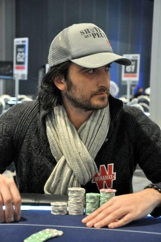 High-Roller à 3,000€ des FPS - Davidi Kitai vit de son propre aveu une bulle « cauchemar », ayant vu son tapis fondre à toute vitesse durant le main par main, à cause notamment d'un brelan perdant sur la rivière contre un full. #Winamax #poker