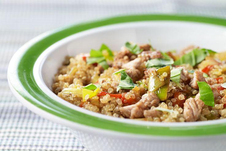 Koken met quinoa, hoe begin je daaraan? Met dit eenvoudige recept zet je in amper 35 minuten een heerlijk bord op tafel dat jong én oud smaakt. Want met een paar kleine aanpassingen kook je meteen ook mee voor je baby. Handig!