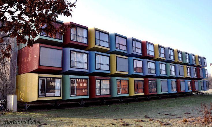 """Université d'Utrecht, """"résidence universitaire"""". Selon les moyens ou le niveau d'études, l'étudiant et le chercheur  se trouvent logés dans des cages colorées comme celles ci, ou des appartements luxueux surplombant les canaux ... Selon la naissance ... égalité ???"""