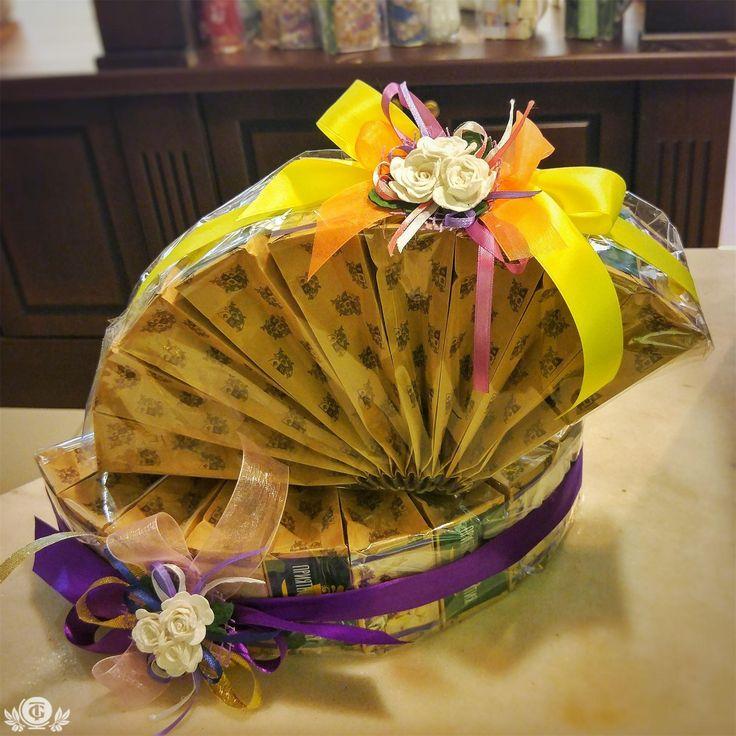 Разнообразные чайные и кофейные подарки ждут вас на полках нашей сети TEAGRAFIA! 9-10 сортов различного чая в виде веера для милых дам! Цена от 1800р .