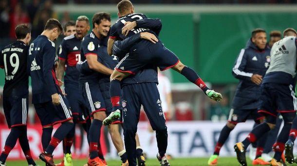 Die Bayern-Spieler feiern. (Quelle: dpa/Jan Woitas)