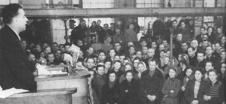 Enver Hoxha duke folur me punetoret e nje fabrike ne Leningrade, prill 1957.