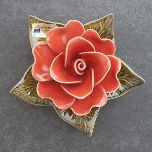 sokkel met koraalrode roos Handgemaakt Frans keramiek van hoge kwaliteit en bestand tegen vorst Het is dus keramiek voor buiten.