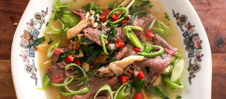 Ak práve umierate na chrípku alebo ste to v piatok večer drobulinko prepískli, pripravte si doma fantastickú Marekovú polievku. Príjemný víkend prajeme z Varme.sk ;) #pho #polievka #vietnam #chripka http://varme.dennikn.sk/recipe/moja-vrazedne-zdrava-polievka/