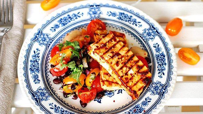 BBQ-marinerad tofu med tomat- och bönsalsa