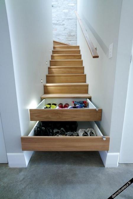 Ranger ses chaussures dans les marches de l'escalier.
