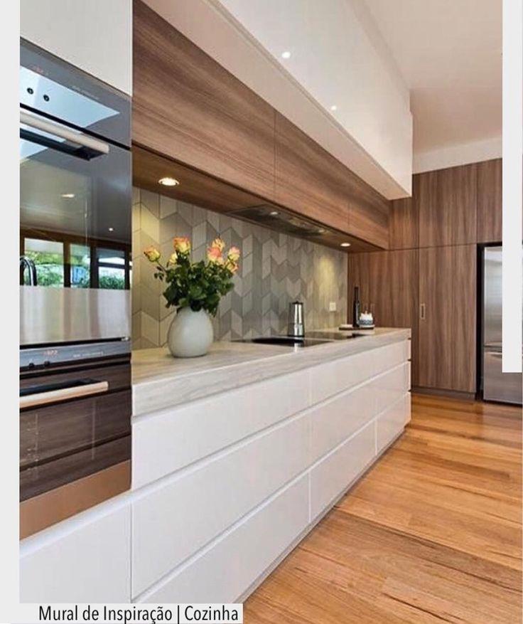 """2,264 Likes, 12 Comments - ArquiteturadeCoração (@arquiteturadecoracao) on Instagram: """"Cozinha linda com móveis em linhas retas  Horizontal. Destaque para o revestimento acima da…"""""""