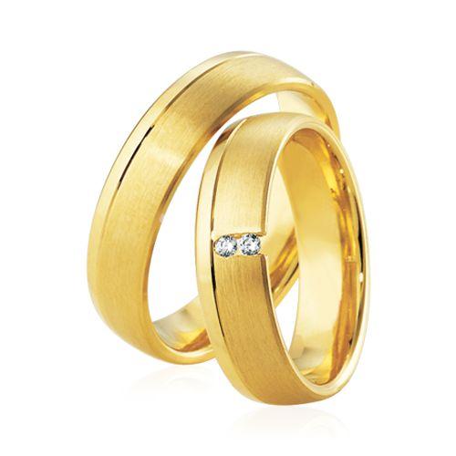 Le Duo Sira & Yuna est en or jaune. L'alliance Sira est sertie par 2 diamants blancs. L'association de la finition brillante et brossée apportent une touche d'élégance à ce duo. http://www.zeina-alliances.com/alliance-duo/3622-duo-sira-yuna.html