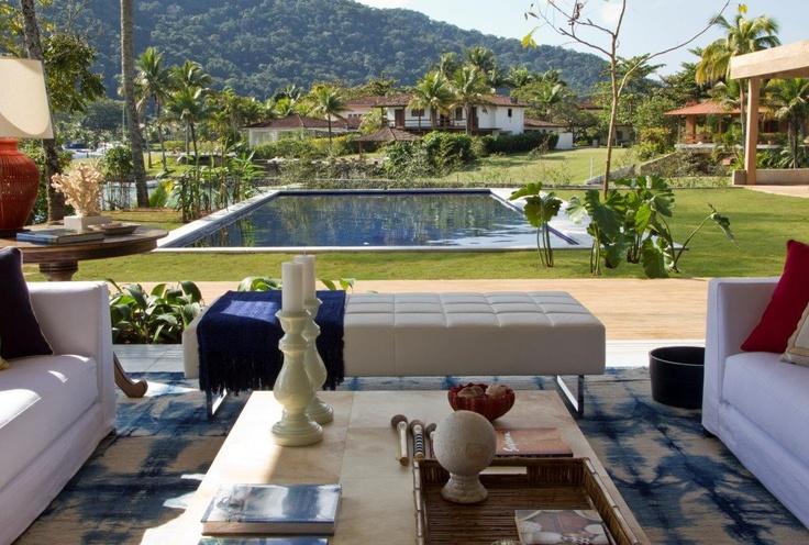 Esta bela casa em Paraty, no rio é um verdadeiro primor da arquiteta, o tapete Kilim Batik, faz uma alusão ao mar, convidando a mergulhar no ambiente!