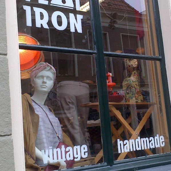 Bij Flat Iron staan creativiteit en authenticiteit voorop. We verkopen vooral dingen die uniek zijn, zoals vintage spullen en handgemaakte producten. Daarnaast is Flat Iron zelf ook een broedplaats voor creatief talent. Zo kun je diverse workshops bij ons volgen, gebruik maken van onze doka, of gewoon gezellig langskomen voor een kopje koffie of thee. Oude Ebbingestraat 48, Groningen