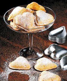 Vem kan väl motstå dessa rara små hjärtan till kaffet? Spröda kakor fyllda med härlig vaniljkräm som försiktigt pudrats med florsocker - inte är det konstigt att vaniljhjärtan är en stor favorit för många kakälskare! Kakorna går bra att frysa, men då innan de garnerats med florsocker.