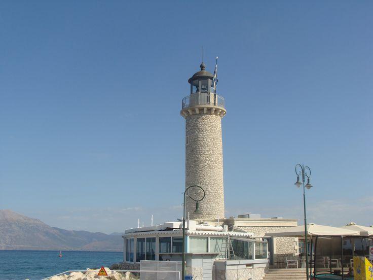 Localnici la pescuit in Patras, Grecia.