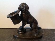 Bronzen beeldje / paperweight van een hond met hoed in z'n bek - Engeland - eind 19e eeuw