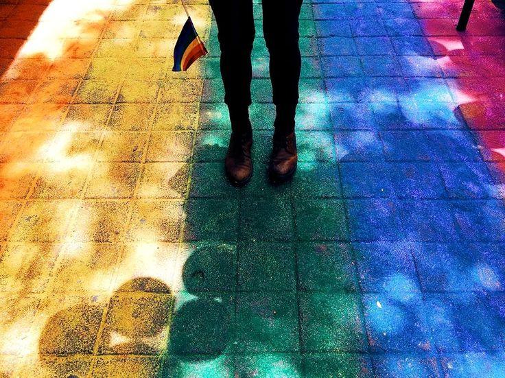 ¿Qué piensa y siente una persona en el camino de descubrir su sexualidad? 8 personas del medio nos cuentan su historia. Pride, Adventure, Feelings, Painting, Kpop, Stars, Gay Pride, Famous Phrases, Day Planners