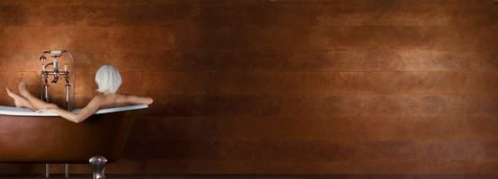 Spirito libero calce, polveri di Marmo e Minerali naturali compongono Spirito Libero.La semplicità del prodotto e la sua gamma colori con le varie cerature ne fanno un sistema aperto per dare spazio alla Tua Fantasia. In questa foto in versione Wall Paint,ottenuto alternando righe finite con Cera del Vecchio a righe nel nostro perlescente White Paint #pittura #decorazione #spiritolibero #giorgiograesan #oro