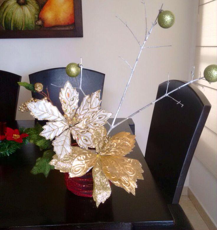 Adorno #navideño hecho con flores y diferentes materiales, perfecto para adornar algún espacio del hogar. #colombia
