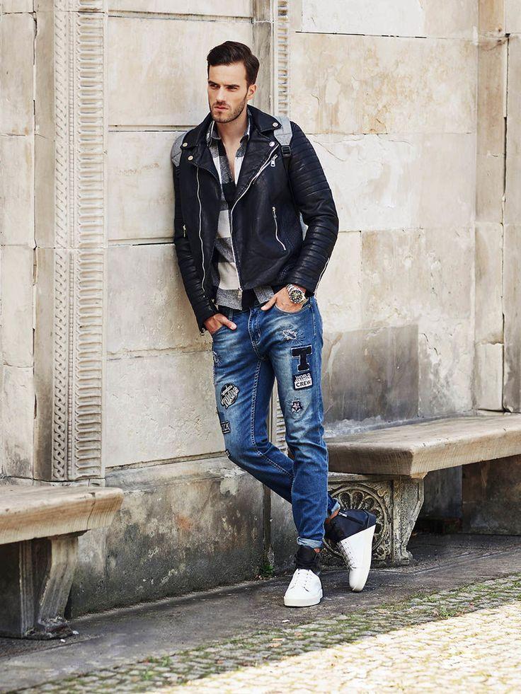 Grunge w nowoczesnym wydaniu – stylizacja z najnowszej kolekcji Denley to efektowny, chociaż składający się jedynie z trzech elementów zestaw. Jeansy z naszywkami łączymy z biało-czarną flanelową koszulą w kratę, a na wierzch narzucamy kultową, skórzaną ramoneskę.