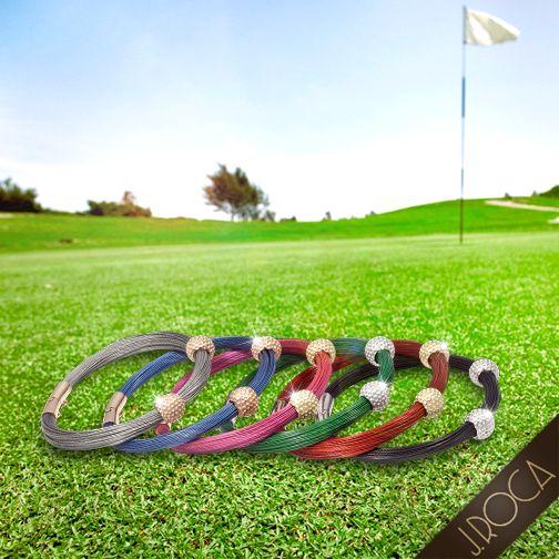 ¿Te gusta el Golf? El deporte que respeta la tradición, persigue la perfección, personifica la perseverancia y la paciencia infinita.  ¡A nosotros también nos gusta el Golf! Te presentamos nuestra nueva creación inspirada en este gran deporte: Colección de pulseras de hilos de acero de colores, con dos motivos de bola de Golf realizados en plata, plata dorada y rosada. Disponibles en 3 diferentes medidas que se adecuan a cada muñeca. ¡Logra tu mejor swing…!