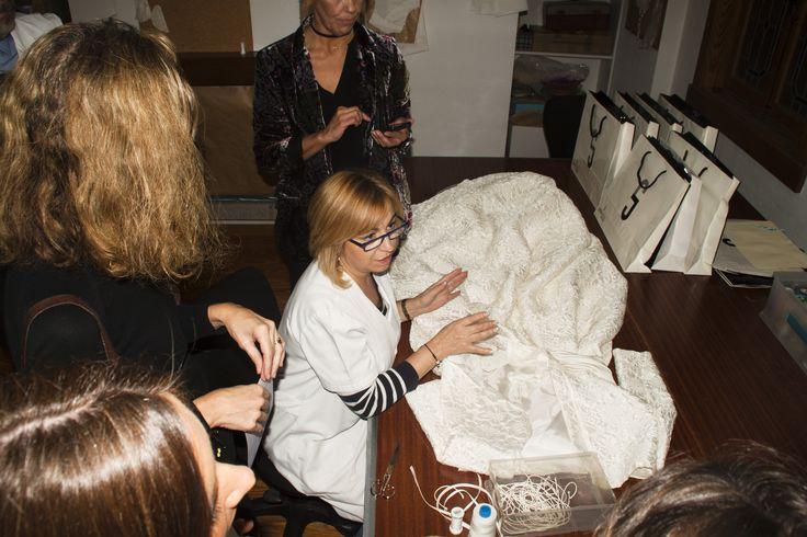 Merce, del taller de Josechu Santana, explicando los entresijos de la costura de los vestidos.