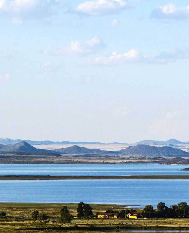 Driekwartblou Karoo Luxury Accommodation is situated 60km from Colesberg on a working farm on the banks of the Gariep Dam.