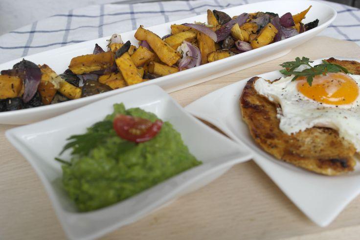 egészséges táplálkozás, Tükörtojásos csirkemell lilahagymás-gombás édesburgonyával és zöldborsópürével