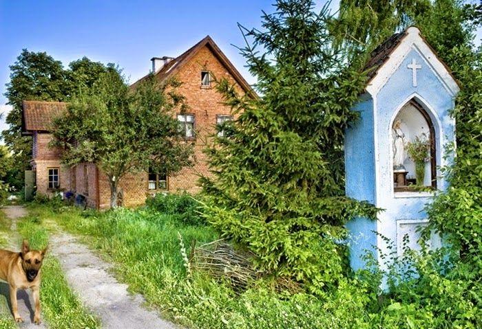 Wnętrza Zewnętrza: Polski dom przy niebieskiej kapliczce