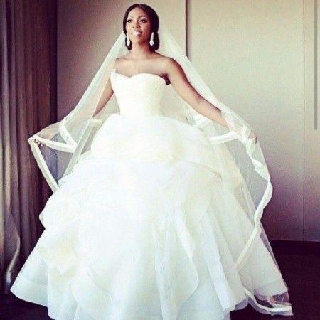 Coucou les filles ! Aujourd'hui on fait une bataille de robes entre la robe coupe sirène et la robe volumineuse ! (et en plus portées par des vraies mariées :D) Qui gagnera ?! 8-) Votez ! 1 2
