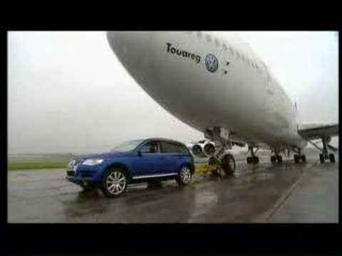 VW Touareg vs Boeing 747   AutoMotoTV
