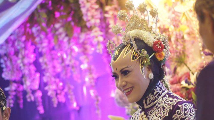 Paes juga dilukiskan pada dahi pengantin perempuan berhijab yang menikah dengan prosesi adat Jawa. Hal ini karena Paes penuh makna filosofis.