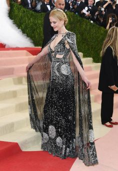 Nicole Kidman de Alexander McQueen https://donaelegancia.wordpress.com/2016/05/05/futurismo-invade-o-red-carpet-do-met-gala-2016/
