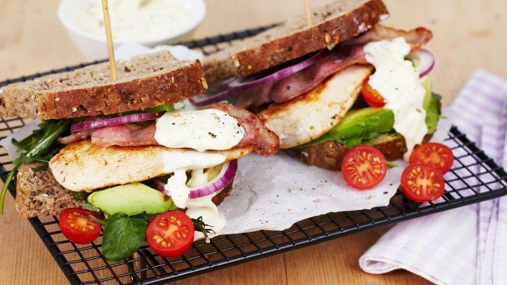 Oppskrift på BLT sandwich med kylling og avokado, foto: TINE
