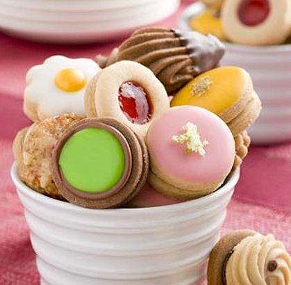 Soft cookies filled with orange, blackberry jelly, chocolate and coffee cream.