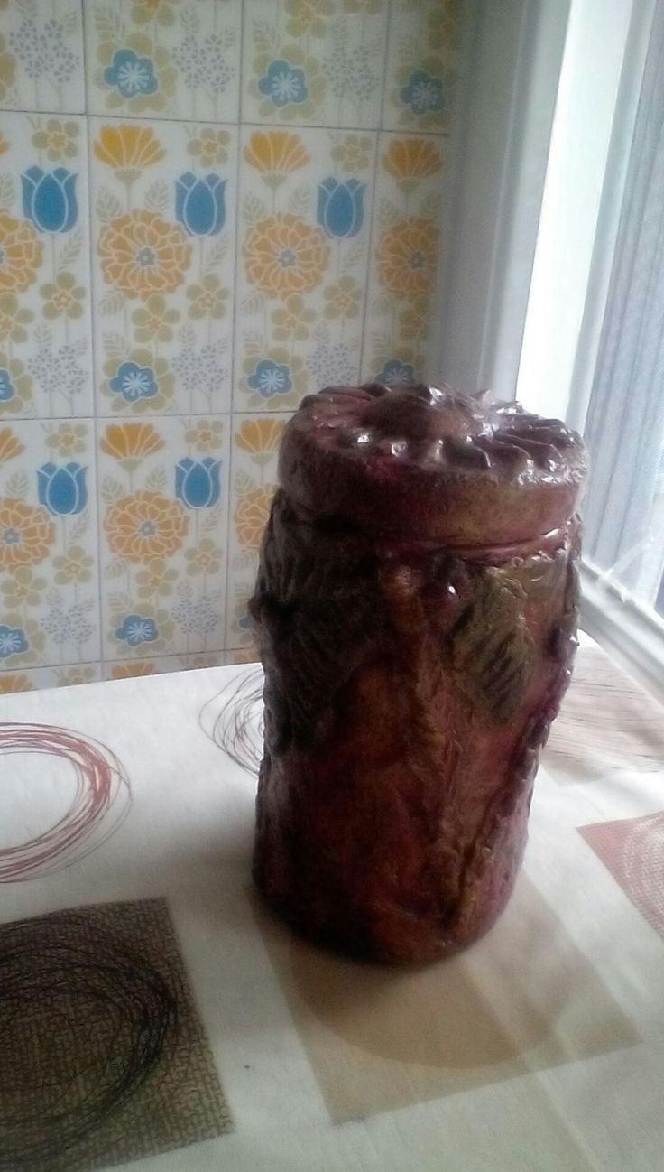 Πλαστικό δοχείο τροφίμων διακοσμημένο με πηλό από χαρτί.