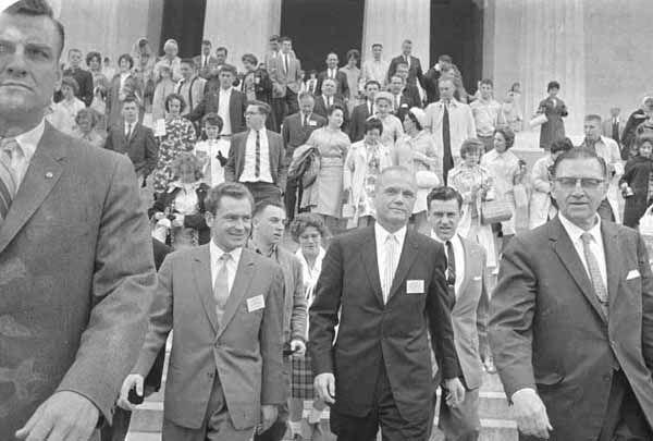 ПРЕБЫВАНИЕ КОСМОНАВТА ТИТОВА Г.С. В США. ТИТОВ Г.С. АМЕРИКАНСКИЙ АСТРОНАВТ ДЖОН ГЛЕНН У ПАМЯТНИКА АВРААМУ ЛИНКОЛЬНУ. 1962 г