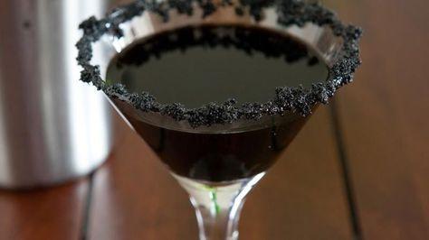 Zwarte Weduwe Martini: Ingrediënten voor 1 cocktail: – 5 cl zwarte rum – 2 cl crème de cacao – 1 kop ijs – zwarte voedingskleurstof – 1 eetlepel bruine suiker