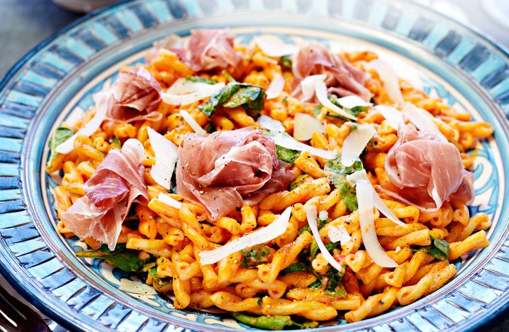 Recept på pasta med paprikacrème och lufttorkad skinka. Den grillade paprikan som blir över går bra att använda i sallader, grytor eller på pizzan.
