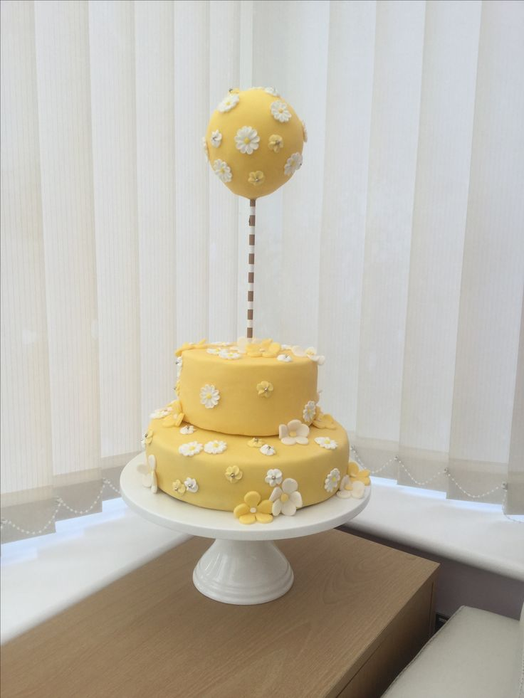 Pretty lemon and White Birthday Cake