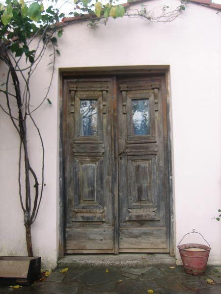 Οι παλιές ξύλινες πόρτες, του Αθ. Θεοδωράκη