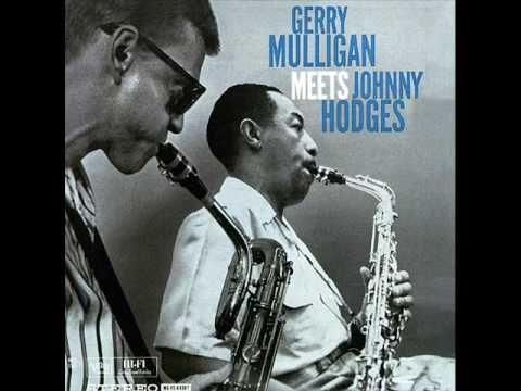 Un día como hoy (25 de julio), hace 106 años, nació uno de los mejores saxofonistas alto de la historia: Johnny Hodges. Su carrera la desarrolló en su mayor parte junto a Duke Ellington, a cuyo éxito Hodges contribuyó de una manera invaluable. Gerry Mulligan & Johnny Hodges - Bunny - YouTube