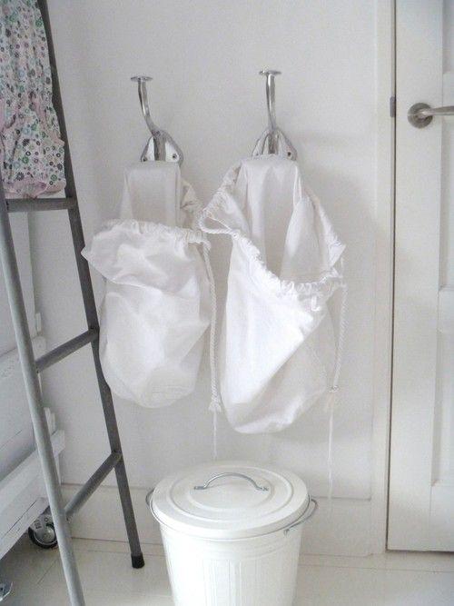 Als er op de 1e verdieping geen Laundry room is, is het praktisch om op de badkamer was voor te sorteren. Hangende zakken houden de vloer vd badkamer vrij. Oa H Home en IKEA.
