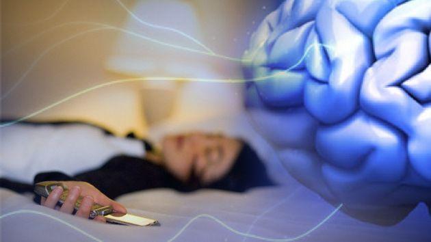 Un 40% despiertan al borde de la hemorragia cerebral por dormir con elcelular bajo la almohada ~ Nueva Mentes
