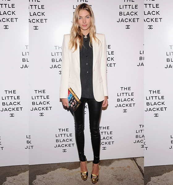 Sapato Dourado: Models Off Duty, White Blazers, Jessicahart, Black White, Gold Heels, Leather Legs, Leather Pants, Jessica Hart, Black Jackets