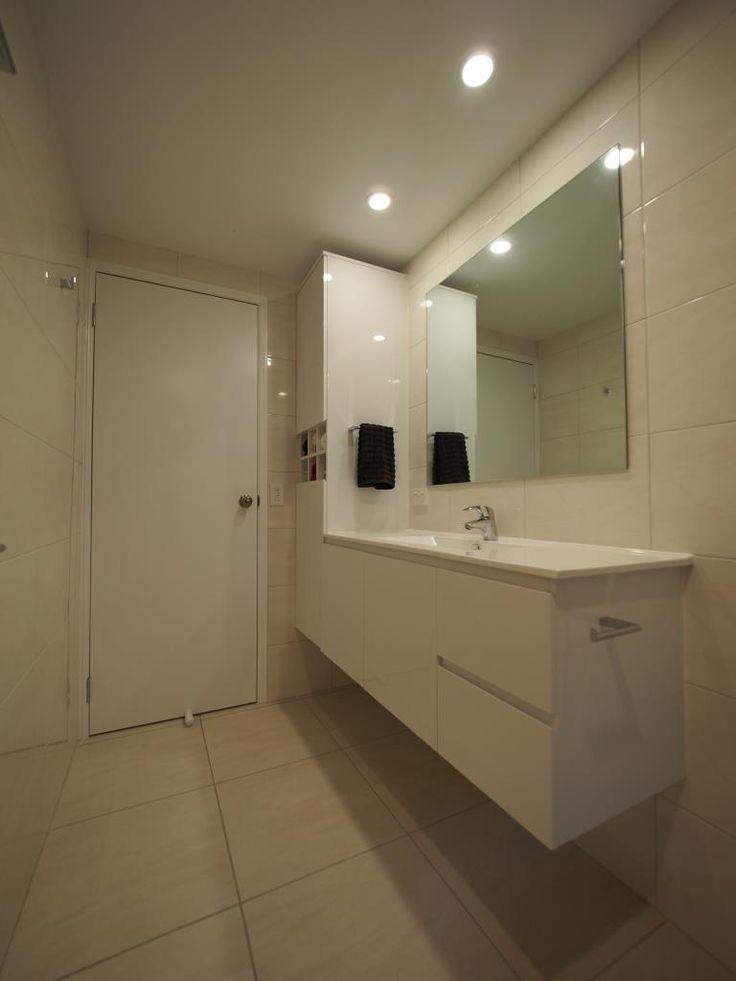 Custom made cabinetry Indooroopilly downstairs bathroom.