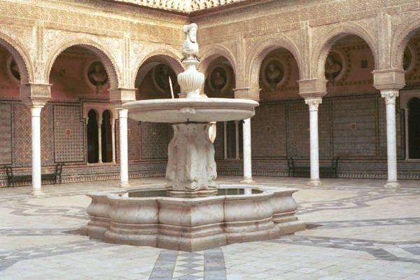 La Casa Pilato è un esempio di palazzo andaluso, mescolando stili come neo-mudéjar e rinascimentale, fu costruito nel S. XVI. È possibile trovare un cortile centrale con una fontana e delle colonne di stile arabo.
