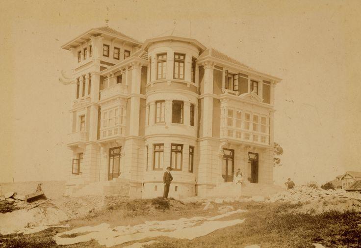 La conocida como Casa Roja se llamó en sus orígenes Villa Teresa y también es fruto del maestro de obras local Manuel Posada. Fue edificada en la primera década del siglo XX por la misma familia que construyó la Casa de Piedra.