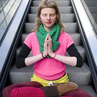 """Проект """"Городские йоги"""" родился  в голове у талантливой девушки Chantal, профессионального фотографа для журнала Elle в Утрехте. Для Chantal йога  - это поиск тишины и спокойствия в этой суетливой жизни. В коллекции Urban Yogi запечатлены йоги из Амстердама, Утрехта  и Лиссабона. Chantal мечтает путешествовать и фотографировать городских йогов по всему миру."""